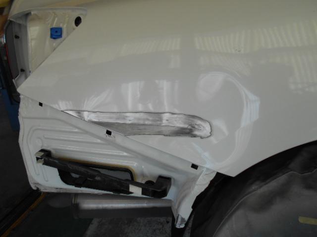 損傷状態を正確に見極め、電気で引き出すため塗装を一部剥離します。