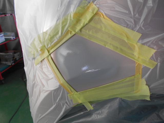 塗膜の段差をならすためサフェーサー塗装を行います。